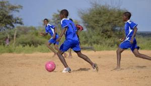 Jungen beim Fußball spielen