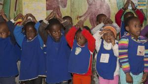 Vorschulkinder beim Singen und Tanzen